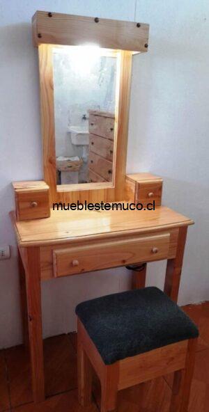 toilette con banca de madera
